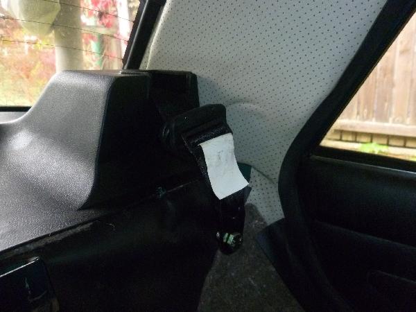Катушка ремня безопасности установлена и закрыта задней полкой