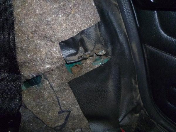 Резьбовое соединение на подкрылке для установки ремня безопасности